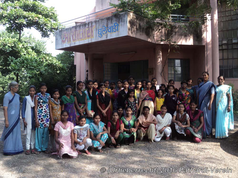 Ghulewadi_Patenmädchen mit Betreuerinnen vor Wohnheim 'Asha Tara' in Ghulewadi